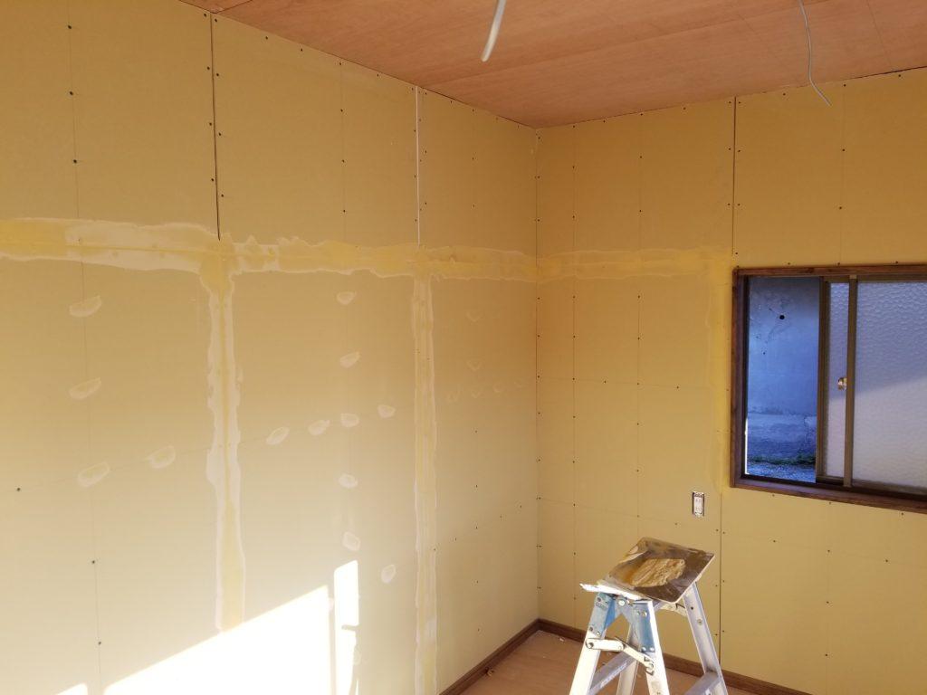 寝室の壁紙の施工中