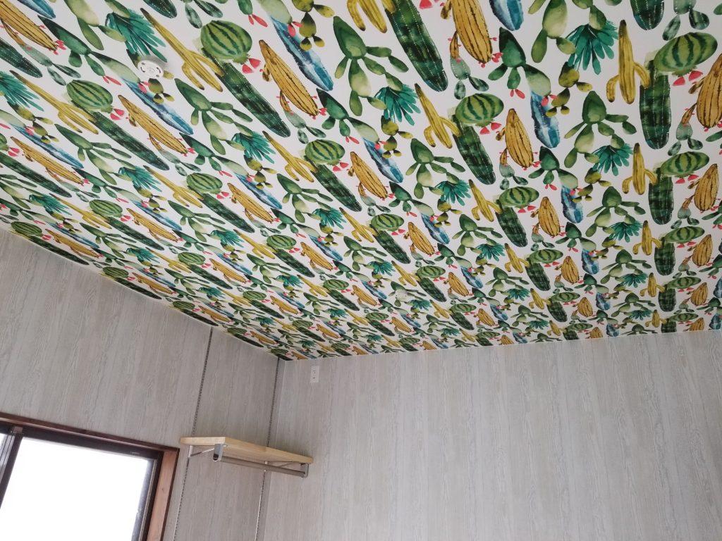 寝室の天井壁紙の施工後