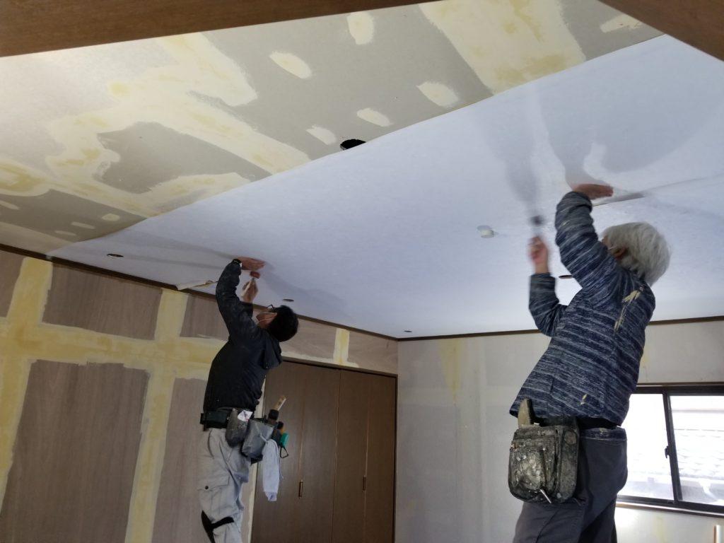 リビング天井クロスの施工中