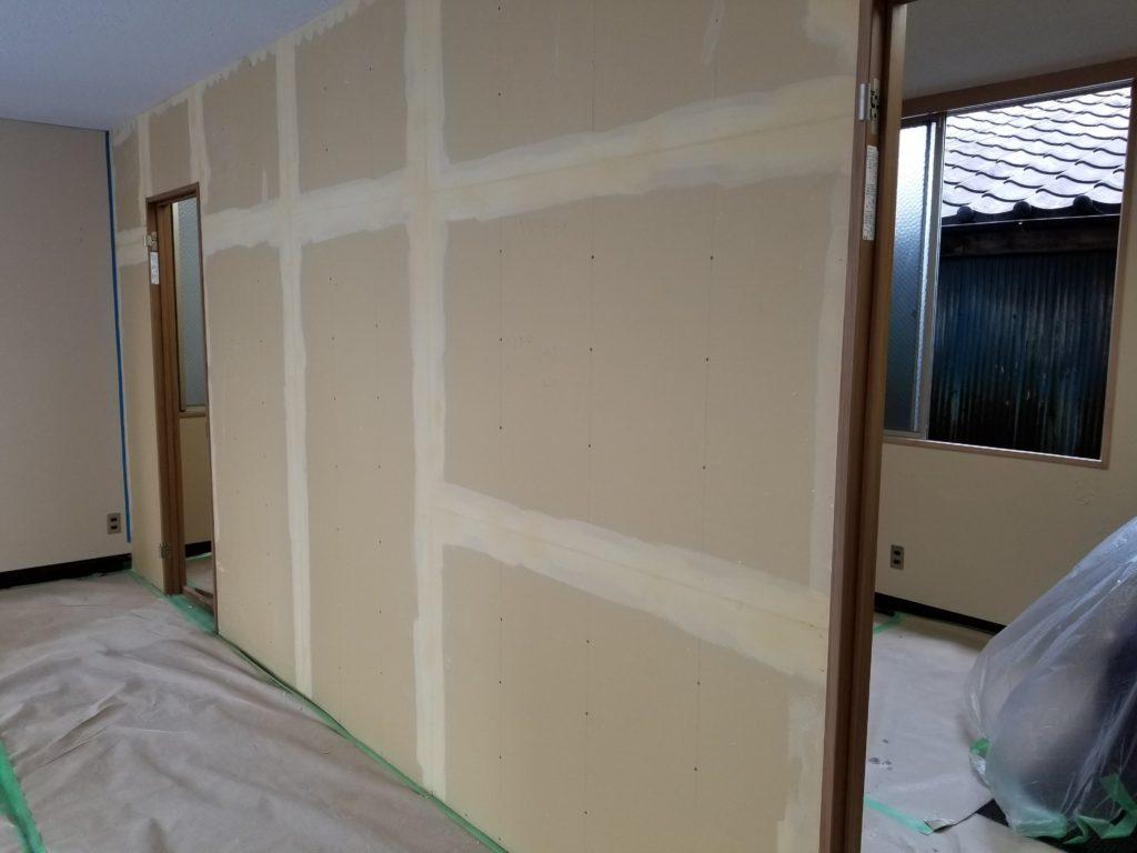 間仕切り壁のパテ作業後