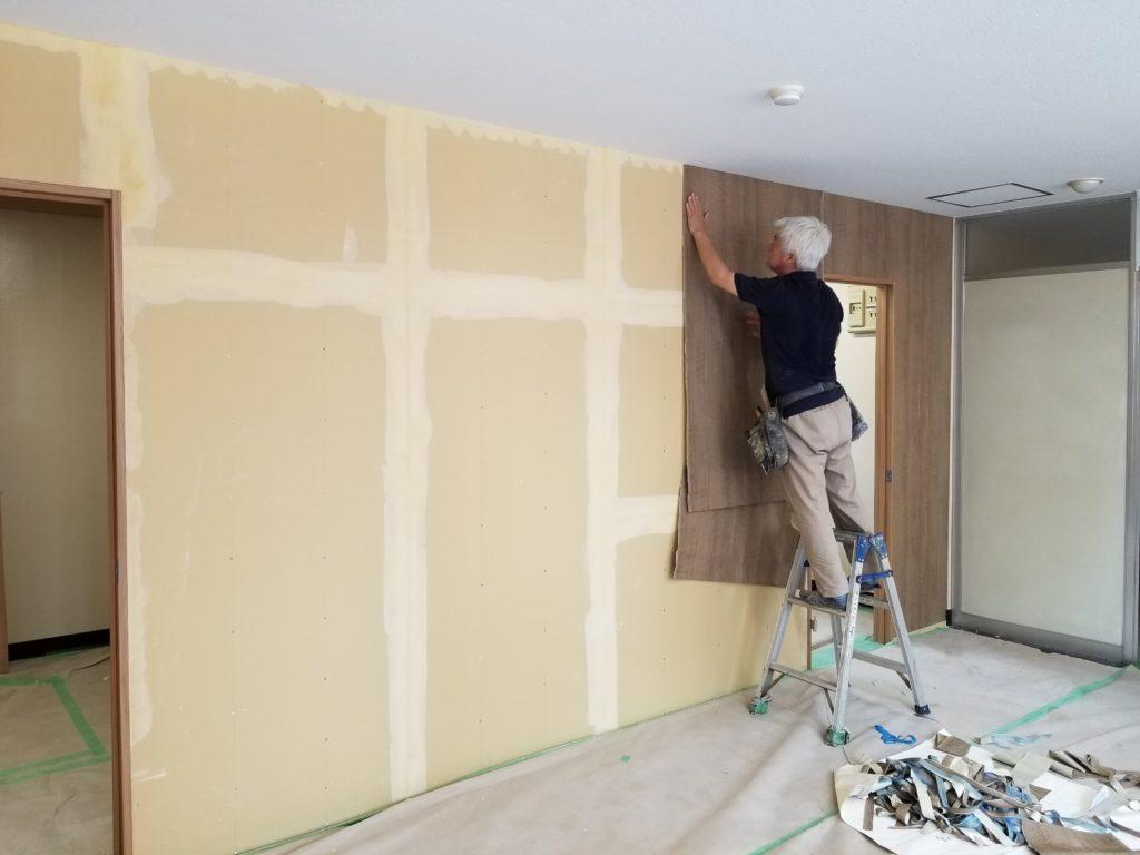 間仕切り壁の壁紙張りの施工中