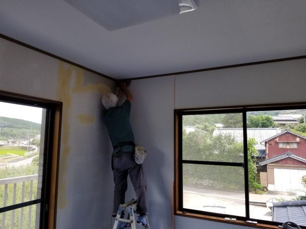 洋室壁紙張りの施工中