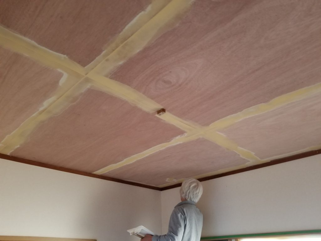 和室の天井クロスの施工中