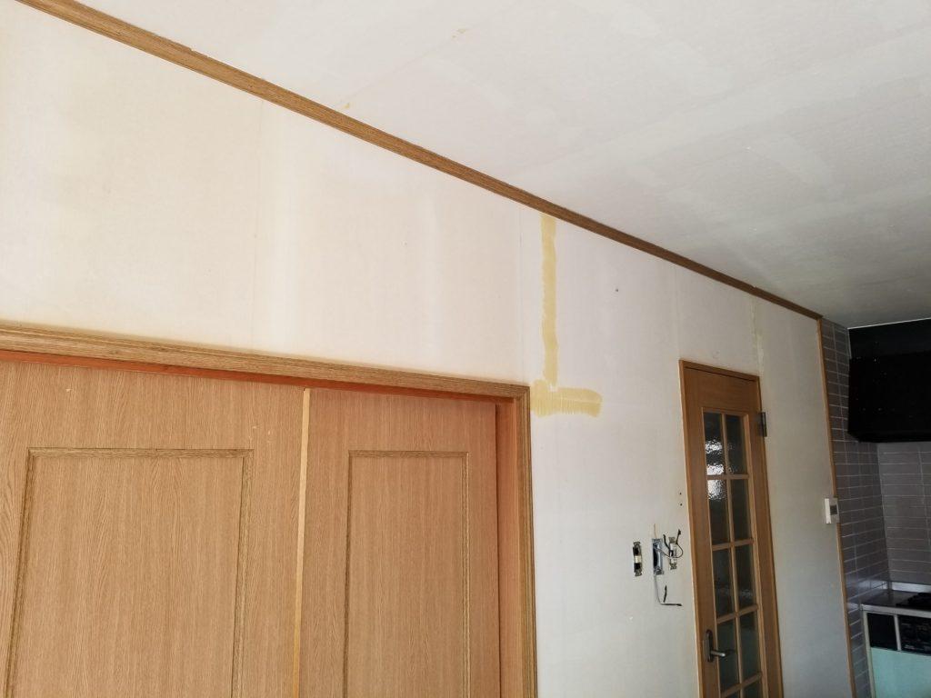リビングの壁紙の下地処理の施工中