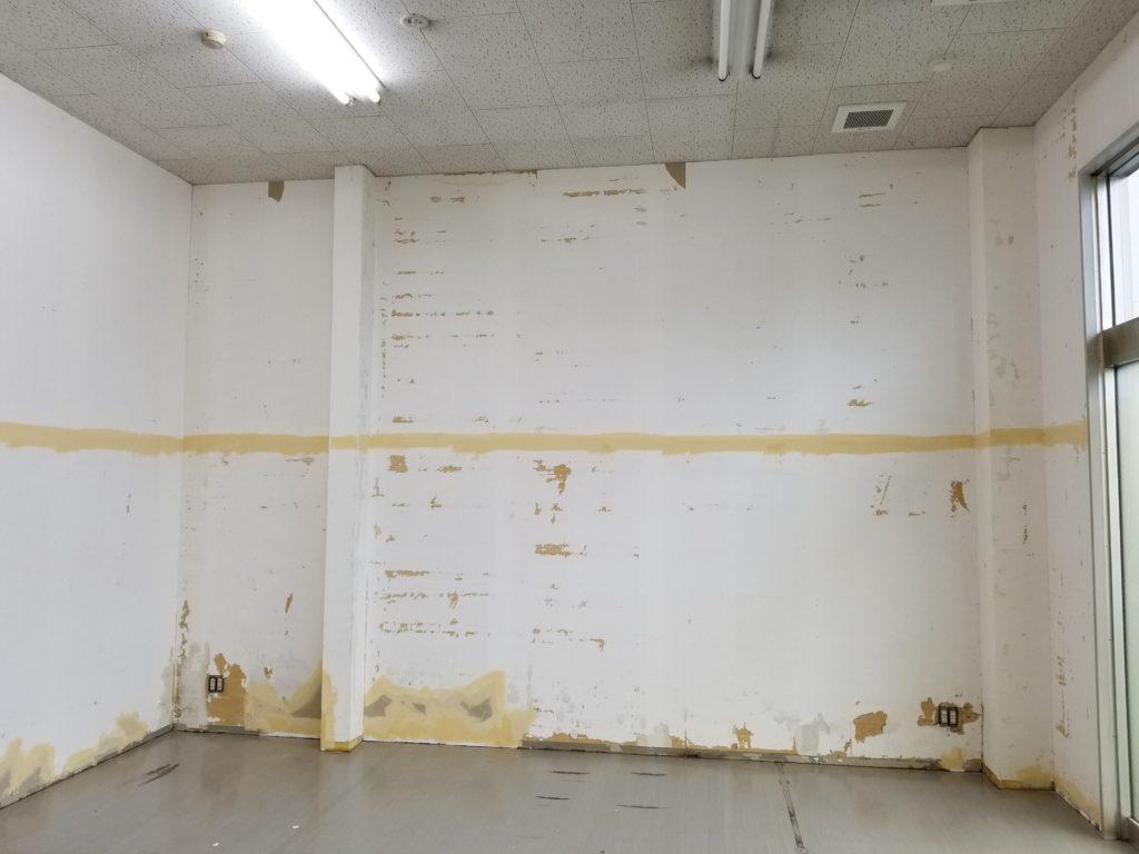 既存壁紙の剥ぎ取り状況