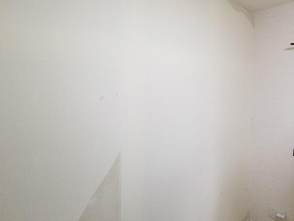 洋室の壁紙リフォームの施工中