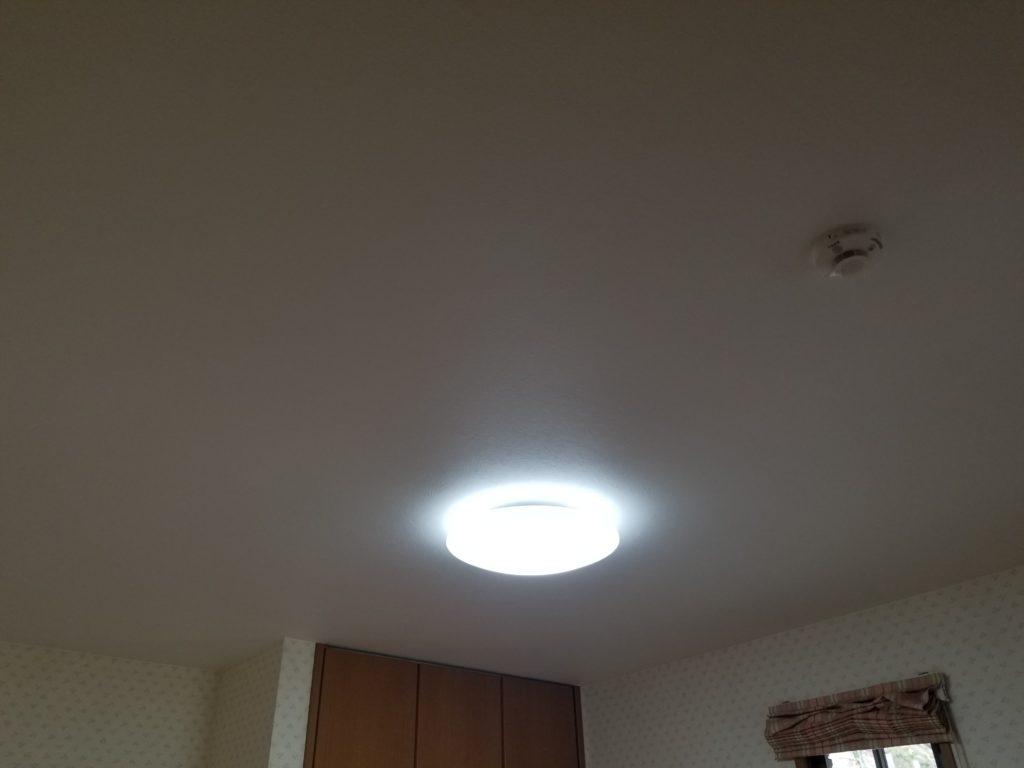 寝室の天井クロス張替えリフォームの施工後